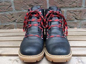 wandelschoenen veteren om pijnlijke voorvoet te voorkomen